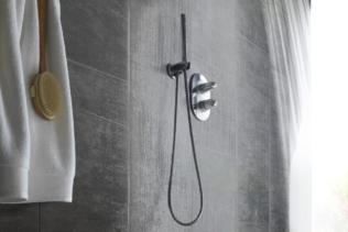 Een douchecabine met vinyl muurbekleding: een alte...
